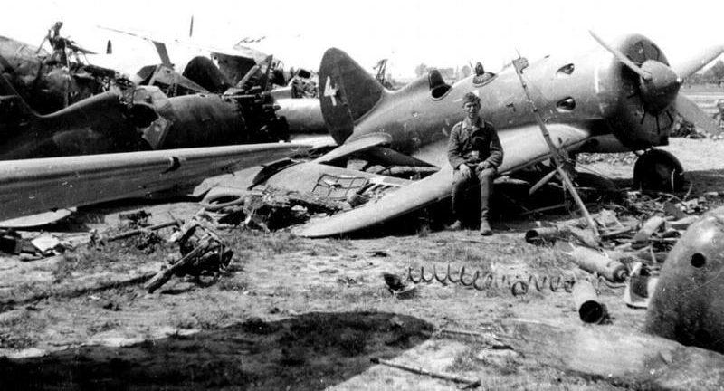 Разбитые самолеты на аэродроме в Каунасе. Июль 1941 г.