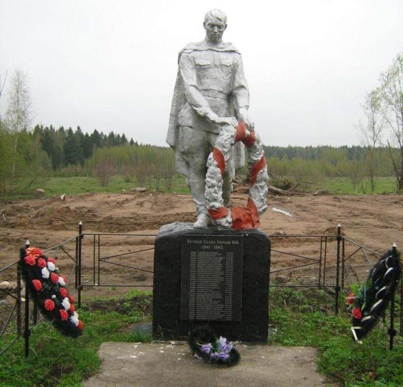 д. Алексеевское Калининского р-на. Памятник, установленный на братской могиле советских воинов.