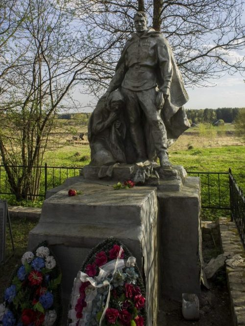 д. Родня Старицкого р-на. Памятник, установленный на братской могиле советских воинов.