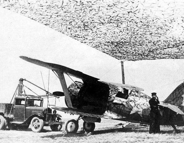 Истребитель И-153 «Чайка» готовится к запуску двигателя от автостартёра. Черноморский флот, сентябрь 1941 г.