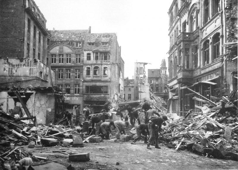 Горожане на разборке завалов. Октябрь 1944 г.