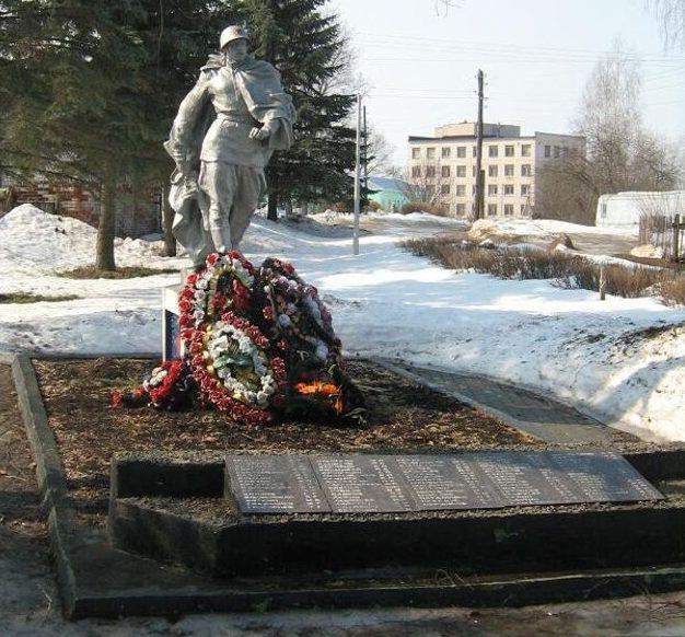 с. Бурашево Калининского р-на. Памятник, установленный на братской могиле советских воинов.
