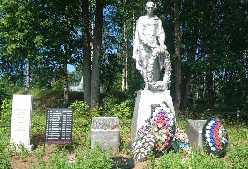 с. Рясня Старицкого р-на. Памятник, установленный на братской могиле советских воинов.