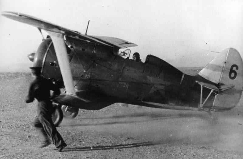 Взлет истребителя И-153 «Чайка» на аэродроме Кача. 1941 г.