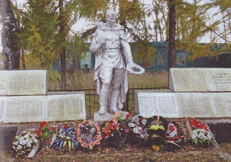 с. Васильевский мох Калининского р-на. Памятник, установленный на братской могиле советских воинов.