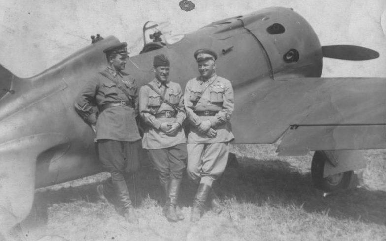 Летчики рядом с истребителем И-16. 1941 г.
