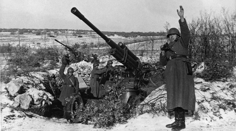 85-мм зенитные орудия 52-К под Севастополем, январь 1942 г.