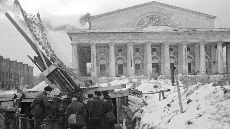 76-мм зенитное орудие образца 1931 года (3-К) возле здания Биржи на Стрелке Васильевского острова в блокадном Ленинграде. Февраль 1942 г.