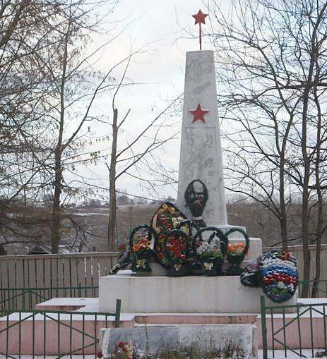 г. Старица. Памятник, установленный на братской могиле советских воинов.
