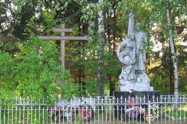 д. Даниловское Калининского р-на. Памятник, установленный на братской могиле советских воинов.