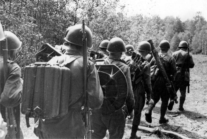Расчеты 82-мм минометов продвигаются на передовые позиции. Май 1942 г.