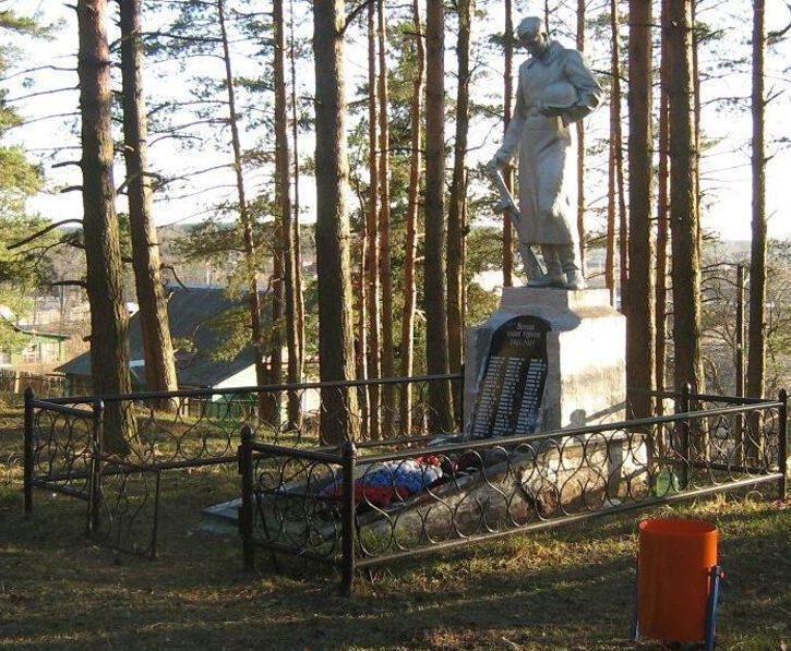 д. Долматово Калининского р-на. Памятник, установленный на братской могиле советских воинов.