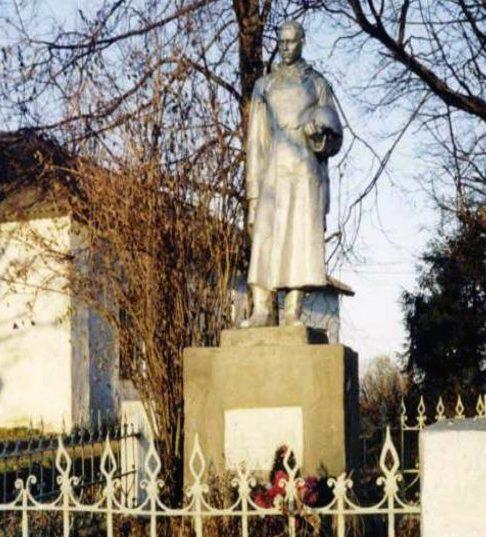 с. Ильинское Калининского р-на. Памятник, установленный на братской могиле советских воинов.