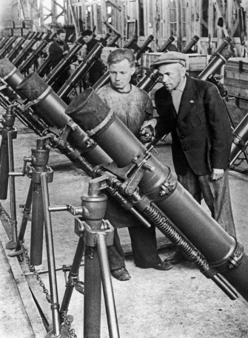 Приемка готовых 120-мм упрощенных полковых минометов ПМ-41 на заводе №4 Красноярска. Июнь 1942 г.