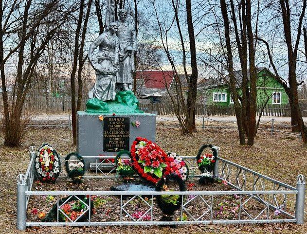 ст. Старица Старицкого р-на. Памятник, установленный на братской могиле советских воинов.