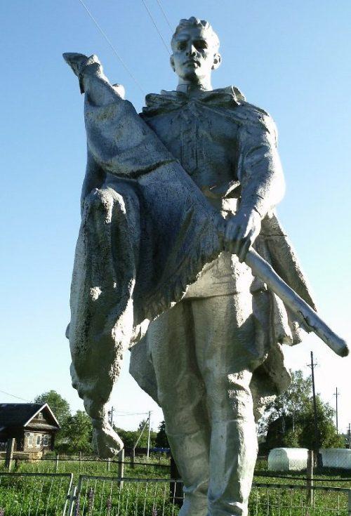 с. Каблуково Калининского р-на. Памятник, установленный на братской могиле советских воинов.