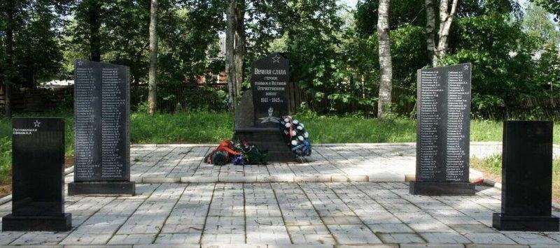 г. Нелидово. Памятник, установленный на братской могиле, в которой похоронены советские воины.