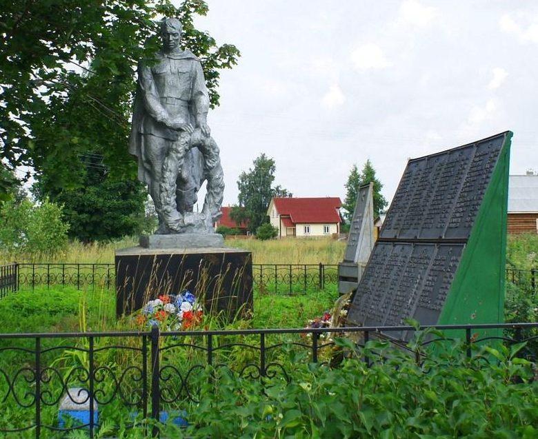 п. Степурино Старицкого р-на. Памятник, установленный на братской могиле советских воинов.