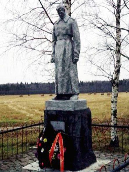 д. Калиново Калининского р-на. Памятник, установленный на братской могиле советских воинов.