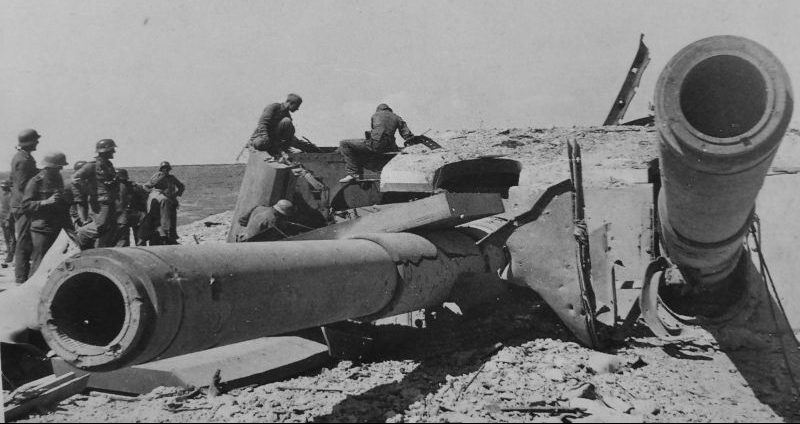 Немецкие солдаты осматривают разрушенную башню №2 батареи №30 в Севастополе. Июль 1942 г.