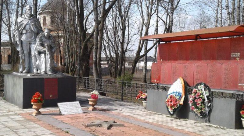 д. Степурино Старицкого р-на. Памятник, установленный на братской могиле советских воинов.