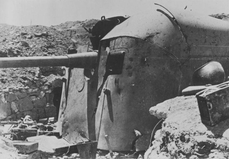 Разбитая 100-мм корабельная пушка Б-24БМ одного из ДОТов Севастопольского оборонительного района. Июль 1942 г.