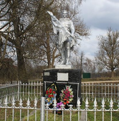 с. Кузьминское Калининского р-на. Памятник, установленный на братской могиле советских воинов.