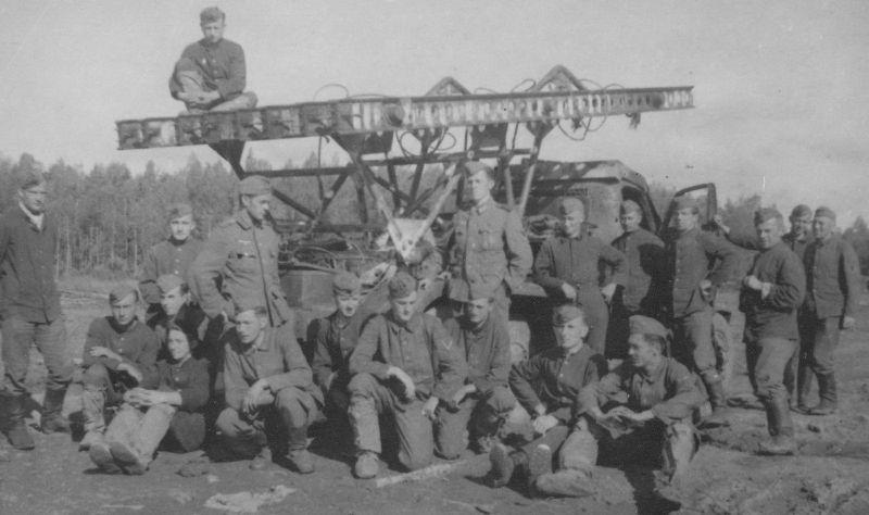 Немецкие солдаты возле брошенной «Катюши». Август 1942 г.