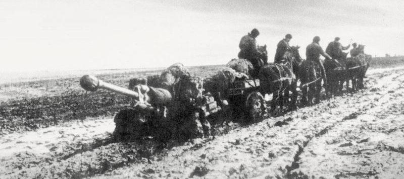 76,2-мм дивизионная пушка ЗиС-3 на конной тяге. Октябрь 1942 г.
