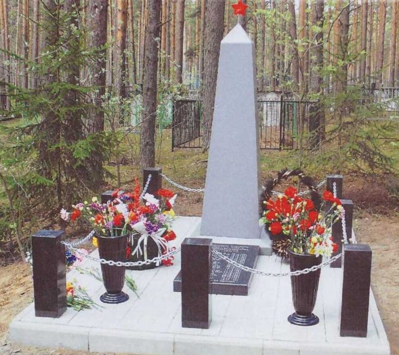д. Лукино Калининского р-на. Памятник, установленный на братской могиле советских воинов.
