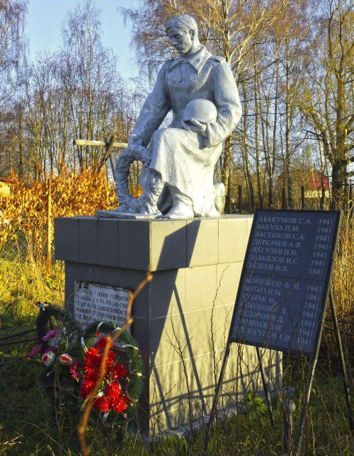 д. Юрьевское Старицкого р-на. Памятник, установленный на братской могиле советских воинов, погибших в годы войны.