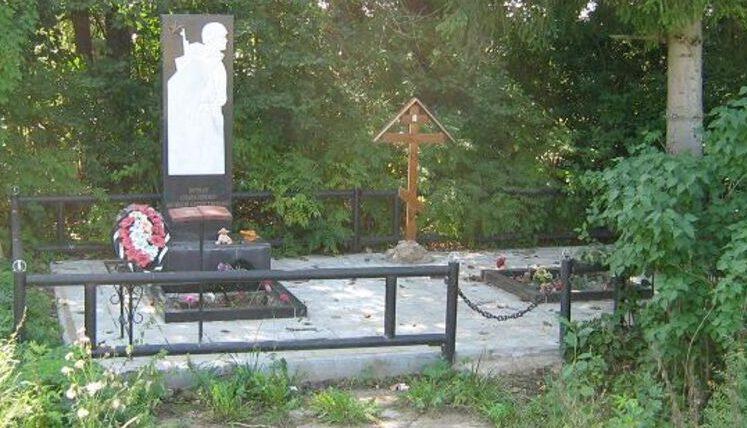 с. Маслово Калининского района. Памятник, установленный на братской могиле советских воинов.