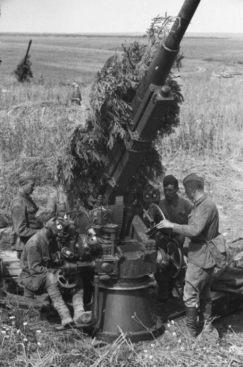 Расчет зенитного 85-мм орудия 52-К в поле. Калининский фронт, 1942 г.