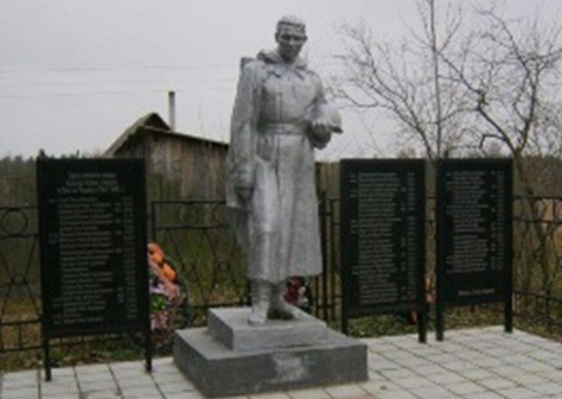 д. Алексейково Торжокского р-на. Памятник, установленный на братской могиле советских воинов, погибших в годы войны.