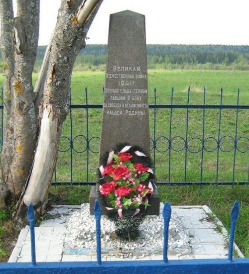 д. Марьино Калининского района. Памятник, установленный на братской могиле советских воинов.