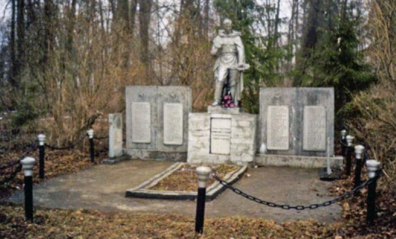 д. Бобровка Оленинского округа. Братская могила советских воинов.