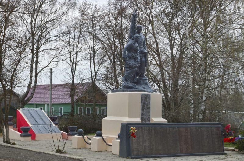 с. Медное Калининского р-на. Памятник, установленный на братской могиле советских воинов.