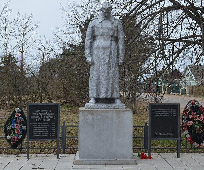 с. Богатьково Торжокского р-на. Памятник, установленный на братской могиле советских воинов, погибших в годы войны.