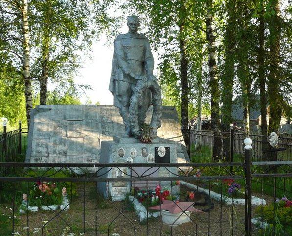 д. Гусево Оленинского округа. Памятник, установленный на братской могиле, в которой похоронены советские воины.