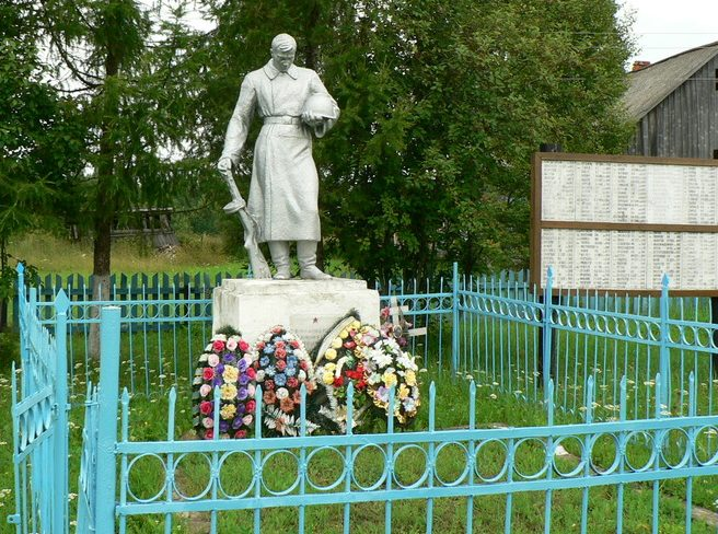 д. Дубровка Оленинского округа. Памятник, установленный на братской могиле, в которой похоронены советские воины.