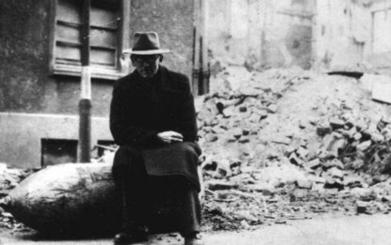 Неразорвавшаяся бомба. Октябрь 1944 г.
