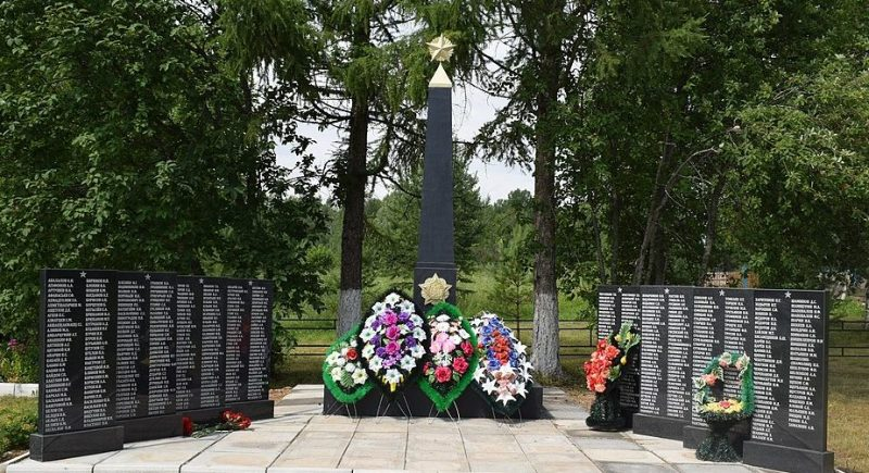 д. Дубровка Оленинского округа. Памятник, установленный в 2017 года на братской могиле, в которой похоронены советские воины.