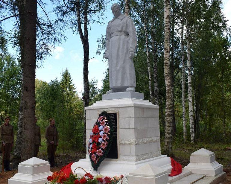 д. Иструбенка Оленинского округа. Памятник, установленный на братской могиле, в которой похоронены советские воины.