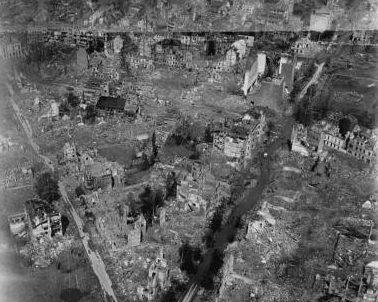 Вид с высоты на центр города после бомбардировки Союзников. Октябрь 1944 г.