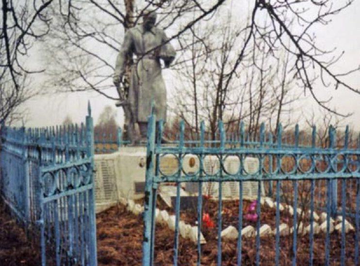 д. Медведица Оленинского округа. Братская могила советских воинов.