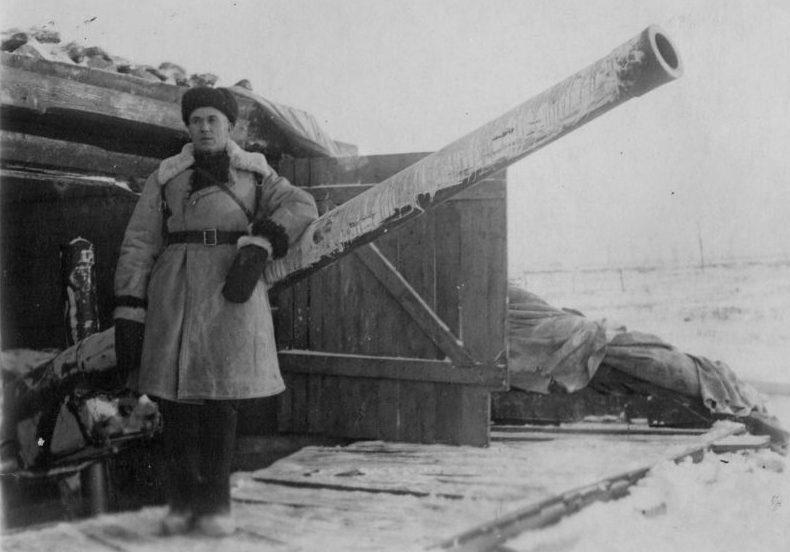 Командир у ДЗОТа с 122-мм орудием А-19 возле Дома Советов в Ленинграде. 1942 г.