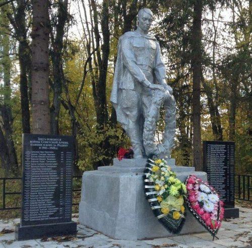 д. Глухово Торжокского р-на. Памятник, установленный на братской могиле советских воинов, погибших в годы войны.