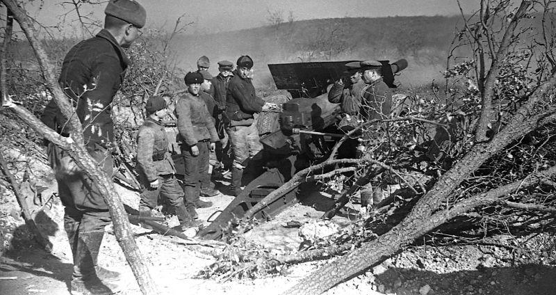 Расчет 107-мм орудия ведет огонь по противнику с Мекензиевых гор. Севастополь, 1942 г.