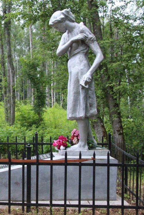 с.Гремячиха Торжокского р-на. Памятник, установленный на братской могиле советских воинов, погибших в годы войны.