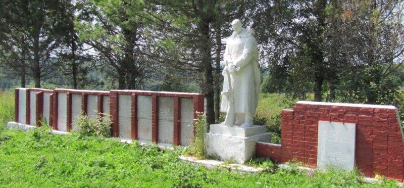 Памятник и стелы на мемориале.